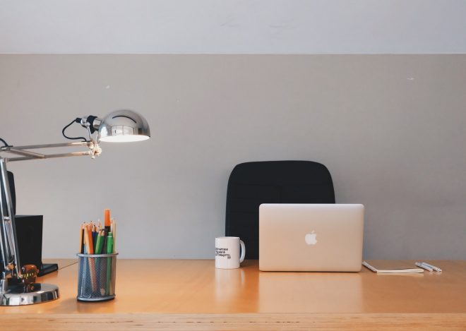 biurko w biurze